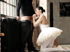 Гибкая красивая балерина занялась анальным сексом с тренером