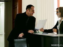 Озабоченный босс и его бизнес партнер оттрахали секретаршу в попу