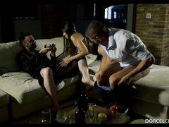 Муж наблюдает за сексом жены и снимает все на камеру
