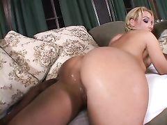 Любительский ролик с межрасовым сексом негра и белой блондиночки