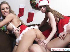 Грудастые подружки устроили новогоднюю групповуху одинокому другу
