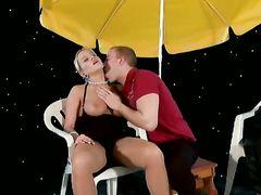 Секси блондинка в чулках и каблуках трахается на полу с хахалем