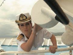 Капитан с помощником трахают девушку в две дырки