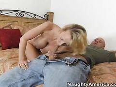 Молодой сосед трахает грудастую женщину