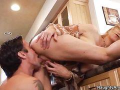 Приятный секс на кухне с роскошной женщиной