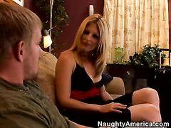 Взрослый паренек выебал маму друга на диване в гостиной