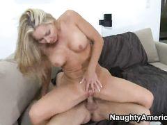 Одинокая блондинка в возрасте трахается с молодым другом сына