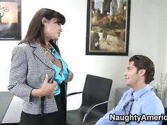 Зрелая секретарша с большими сиськами ебется с молодым боссом