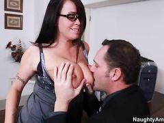 Босс трахнул на полу сексуальную секретаршу с большими сиськами