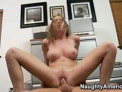 Очкастая секретарша с натуральными сиськами трахается с боссом