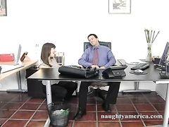 Деловой начальник трахнул на работе милую секретаршу в чулках