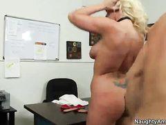 Белокурая секретарша трахается на столе с симпатичным боссом
