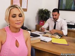 Большегрудая секретарша перепихнулась с боссом в обеденный перерыв