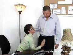 Уставшая секретарша в очках не смогла отказаться от секса с боссом