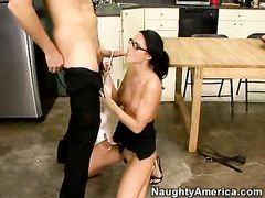 Деловой начальник трахает в жопу красивую секретаршу в очках