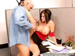 Бритый начальник и секретарша занимаются сексом на столе