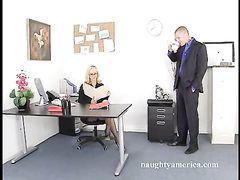 Очкастая секретарша в чулках отдалась боссу за прибавку к зарплате
