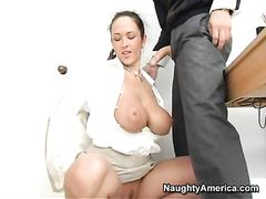 Деловая баба с большими буферами раздвигает задний проход перед молодым начальником