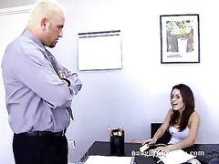 Большой возбужденный босс трахнула на столе секретаршу в очках