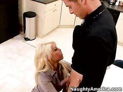 Светловолосая секретарша и ее шеф занимаются сексом на работе