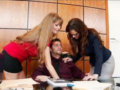 Новый начальник фирмы трахается с двумя секретаршами