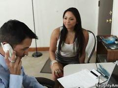 Занятый босс трахнул в офисе назойливую красивую секретаршу