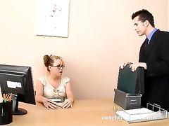 Босс трахает большим членом грудастую секретаршу в очках