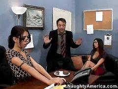 Секретарша вместе с помощницей дарят боссу незабываемый секс втроем