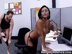Темнокожая секретарша с большими сиськами перепихнулась с боссом