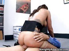 Развратная секретарша и ее начальник трахаются на работе