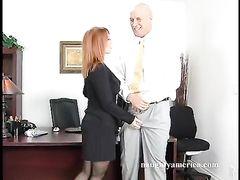 Лысый начальник трахает на столе красивую секретаршу в чулках