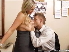 Возбужденная секретарша соблазнила молодого парня в офисе