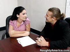 Длинноволосый начальник по-быстрому трахнул секретаршу в кабинете