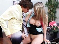 Кудрявый начальник трахает на работе секретаршу с большой грудью