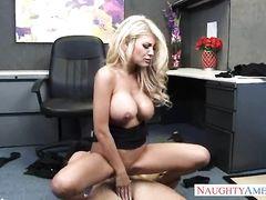 Озорная секретарша с большими сиськами трахается на столе с боссом