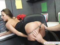Подкачанный начальник и секретарша занимаются анальным сексом в офисе