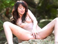 Худенькая нудистка путешественница мастурбирует на природе