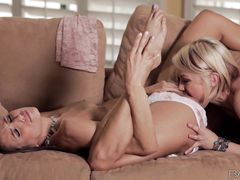 Ловкая лесбиянка делает куннилингус гламурной подруге