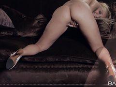 Ослепительная блондинка на каблуках дрочит пизду на кожаном диване