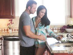 Брюнетка с красивым телом и ее парень занимаются сексом на кухне
