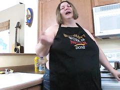 Очень толстая женщина на кухне решила немного поговорить о сексе