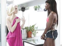 Белая и черная лесбиянки трутся письками на диванчике