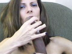 Милая женушка трахает резиновым членом свою щелку перед мужем