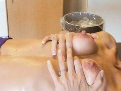 Кучерявая зрелая жена натирает льдом большие сосочки