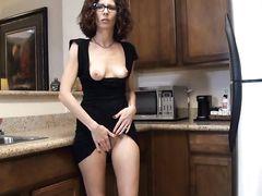 Жена без трусиков сидит на кухонном столе и возбуждает мужа