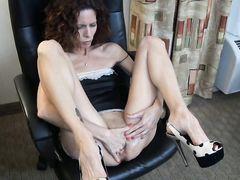 Жена без трусиков занялась домашней мастурбацией у мужа на глазах