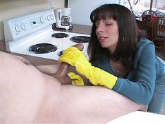 Хозяйственная супруга дрочит в перчатках член мужа на кухне