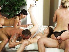 Свингеры обменялись женами и устроили страстную секс вечеринку