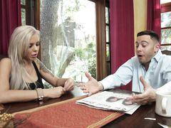 Дикая возбужденная девочка трахается с женатым хозяином квартиры
