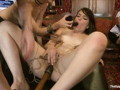 Невероятные сексуальные пытки для связанных лесбиянок на вечеринке
